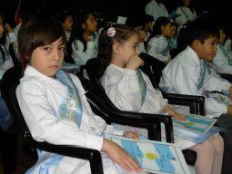 """El """"Pulga"""" Renzo Centurión juró la Bandera junto a sus compañeros de 4º """"B"""" de la Escuela Nº 10 """"Manuel Belgrano"""". Sus maestras fueron las encargadas de darle el diploma y un Pabellón nacional."""