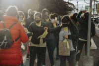 Mamás de Pañuelos Amarillos llenaron de color la Plaza con una actividad de concientización
